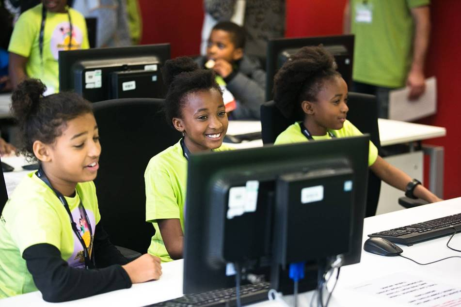Children using Computers to Learn IT Skills